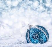 Weihnachten Weihnachtsblaue Bälle und silberner Bandschnee und abstrakter Hintergrund des Raumes Stockfotografie