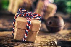Weihnachten Weihnachtsgeschenk auf Holztisch Lizenzfreie Stockfotografie