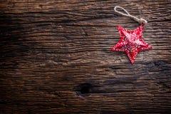 Weihnachten Weihnachtsstern auf rustikalem Holztisch Stockfoto