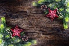 Weihnachten Weihnachtstannenbaum mit Stern- und Kiefernkegel auf rustikalem Holztisch Diagonal Zusammensetzungsgrenze Stockfotos