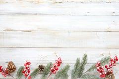 Weihnachten, welches die Elemente und Verzierung rustikal auf weißer hölzerner Tabelle mit Schneeflocke verziert Stockfotografie