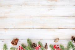 Weihnachten, welches die Elemente und Verzierung rustikal auf weißer hölzerner Tabelle verziert Stockfotos