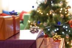 Weihnachten wickelte Geschenke ein Stockfotos