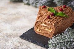 Weihnachten Yule Log Cake Traditioneller Schokoladennachtisch lizenzfreies stockbild