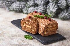 Weihnachten Yule Log Cake Traditioneller Schokoladennachtisch lizenzfreie stockbilder