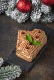 Weihnachten Yule Log Cake Traditioneller Schokoladennachtisch stockbild