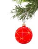 Weihnachtenc$pelzbaum auf einem weißen Hintergrund mit einer Kugel Lizenzfreie Stockfotos