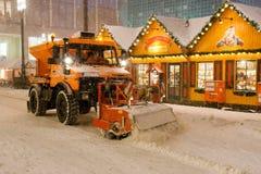 Weihnachtendekorationen und snowploug in Berlin lizenzfreies stockfoto
