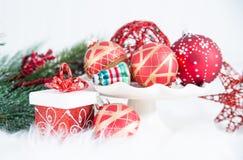 Weihnachtenverzierungen, Geschenke und Evergreens auf Pelz lizenzfreie stockfotografie