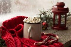 Weihnachtenweißes chaskka mit einem Weihnachtsheißen Getränk am Fenster Stockfoto