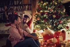 Weihnachtsüberraschung shinny vorbei Baum lizenzfreie stockfotografie