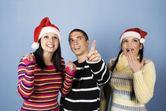 Weihnachtsüberraschung und glückliche Freunde Stockfotografie