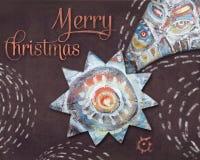 Weihnachts-Bethlehem-Stern auf braunem Nachthintergrund Viele Feiertagsverzierungen und -geschenke Explosion von Farben und von F Lizenzfreie Stockfotos