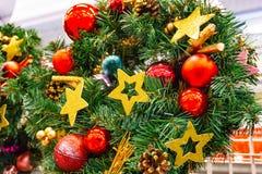 Weihnachts-, des neuen Jahreskranz von Tannenzweigen und Beeren, Feiertagsdekorationen des neuen Jahres stockfotografie