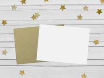 Weihnachts-, des neuen Jahresparteimodellszene mit funkelnden Konfettis der goldenen Sternform, leeres Papier und Umschlag weiß Stockfoto