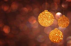 Weihnachts-Hintergrund mit Gold-bokeh Lichtern und Weihnachtsbällen Stockfotos