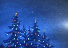 Weihnachts-Hintergrund, verziert mit buntem Spielwaren Weihnachten-tre lizenzfreie abbildung