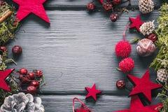 Weihnachts- oder des neuen Jahresdekorationshintergrund auf dunklem hölzernem backg Lizenzfreie Stockbilder