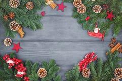Weihnachts- oder des neuen Jahresdekorationshintergrund mit Tannenzweigen an Stockbild