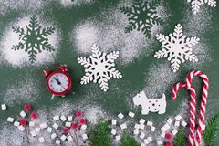 Weihnachts- oder des neuen Jahresflache Lage mit hölzerner Zahl des Hundes Stockfoto