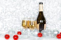 Weihnachts- oder des neuen Jahresflasche Champagner, zwei volle Gl?ser Champagner auf Tabelle, gl?nzenden und Funkeln Christbaumk lizenzfreie stockfotos