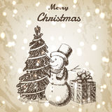 Weihnachts- oder des neuen Jahreshand gezeichnete Vektorillustration Schneemann im hohen Hut, in Weihnachtsbaum und in der Gesche Stockbilder