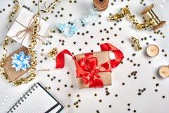 Weihnachts- oder des neuen Jahresplanungshintergrund in den Goldtönen Bereiten Sie sich zu den Winterurlauben vor Draufsicht, fla lizenzfreie stockbilder
