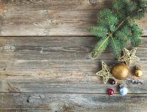 Weihnachts- oder des neuen Jahresrustikaler hölzerner Hintergrund mit Spielzeugdekorationen und Pelzbaumast, Draufsicht Lizenzfreies Stockbild