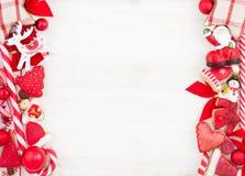 Weihnachts- oder des neuen Jahresthemenorientierte Karte mit Dekorationen Lizenzfreies Stockbild