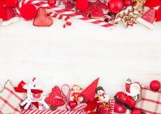 Weihnachts- oder des neuen Jahresthemenorientierte Karte mit Dekorationen Lizenzfreie Stockbilder