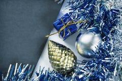 Weihnachts- oder des neuen Jahreszusammensetzung auf Weiß Blauer funkelnder Bandkranz Lizenzfreie Stockfotos