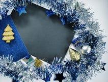 Weihnachts- oder des neuen Jahreszusammensetzung auf Weiß Blauer funkelnder Bandkranz Stockfotos