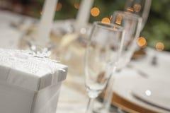 Weihnachts-oder Hochzeits-Geschenk mit formales Gedeck-Speisetische Stockbilder