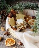 Weihnachts- oder Lebkuchenplätzchen des neuen Jahres in einer Holzkiste Stockfotografie