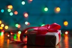 Weihnachts- oder Neujahrsgeschenkkasten mit rotem Bogen Unscharfer Hintergrund, lizenzfreie stockbilder
