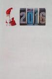 Weihnachts-Postkartenschablone 2016 Santa Claus Clothespin geschrieben mit Briefbeschwerer Lizenzfreies Stockbild