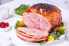 Weihnachts-Roasted glasig-glänzender Feiertags-Schweinefleischschinken lizenzfreies stockfoto