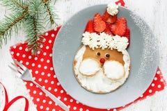 Weihnachts-Sankt-Pfannkuchen mit Erdbeere zum Kinderfrühstück lizenzfreie stockfotos