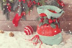 Weihnachts-Sankt-Sack mit Geschenken Lizenzfreies Stockfoto
