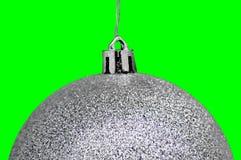 Weihnachts- u. des neuen Jahressilberglaskugeln gegen grünen Hintergrund stockbild