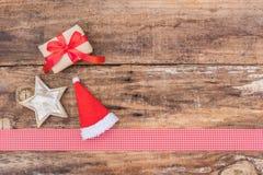 Weihnachts- und Adventszeitdekoration auf hölzernem Hintergrund Lizenzfreie Stockfotografie