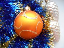 Weihnachts- und des neuen Jahresbälle auf einem blauen Hintergrund Stockfotografie
