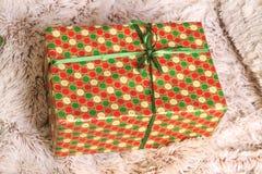 Weihnachts- und des neuen Jahresbuntes Geschenk unter dem Baum auf der Wolldecke Stockfotografie