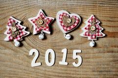 Weihnachts- und des neuen Jahresdekoration 2015 auf hölzernem Hintergrund Lizenzfreies Stockbild