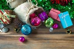 Weihnachts- und des neuen Jahresdekoration auf hölzernem Hintergrund Stockbild