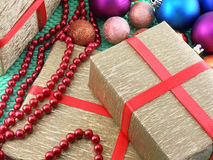 Weihnachts- und des neuen Jahresdekoration, Flitter und Geschenke Stockbilder