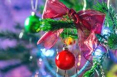 Weihnachts- und des neuen Jahresdekorationshintergrund Rotes Weihnachtsglänzender Ball auf Tannenzweig Helles Weihnachten und neu Lizenzfreie Stockfotografie