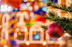 Weihnachts- und des neuen Jahresdekorationshintergrund Rotes Weihnachtsglänzender Ball auf Tannenzweig Helles Weihnachten und neu Lizenzfreie Stockfotos