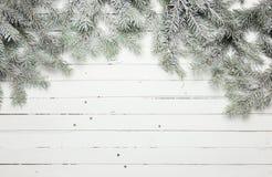 Weihnachts- und des neuen Jahresdekorationszusammensetzung Draufsicht des Pelzbaums verzweigt sich auf hölzernen Hintergrund mit  Lizenzfreies Stockfoto