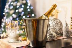 Weihnachts- und des neuen Jahresfeiertagsgedeck mit Champagner feier stockfoto